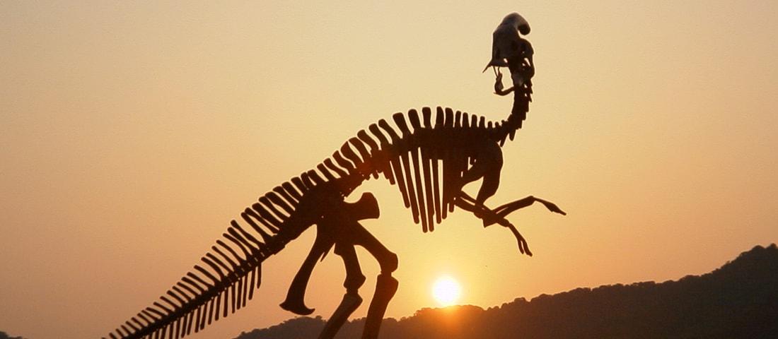 夕日の中の鉄の恐竜