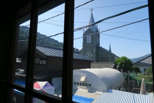 みなと屋(窓から教会)
