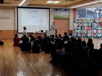 河浦小学校にANAの梶田さんが来られました