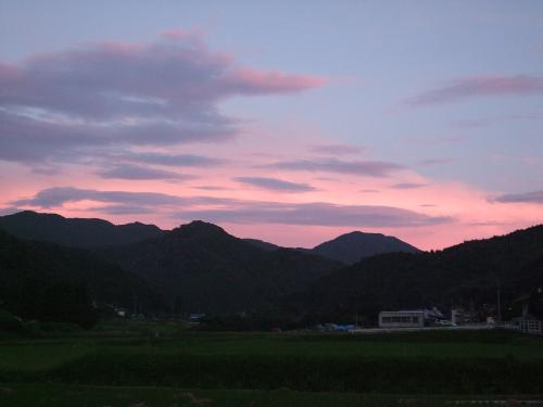夕焼け空につつまれた角山