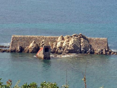 うしぶか炭鉱烏帽子坑跡と砥石層の露頭