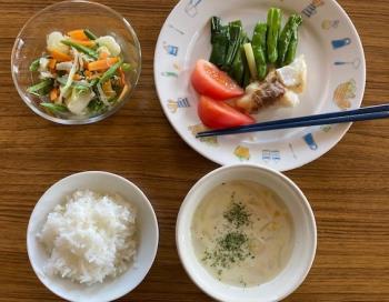 魚の辛子照り焼き、野菜たっぷり甘酢和え、コーンスープ