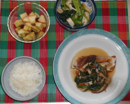 メニュー組合せレシピ(ブリのきのこあんかけ、小松菜と油揚げのごま酢和え、さつま芋とりんごのコンポート)