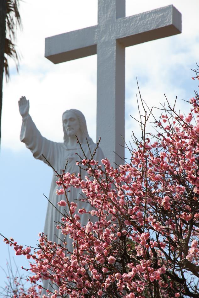 梅とキリスト像